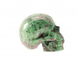 Robijn in Zoïsiet schedel